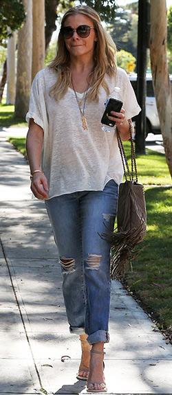 leann-rimes-Rag-&-Bone-Boyfriend-Jeans-with-Holes-in-Moss