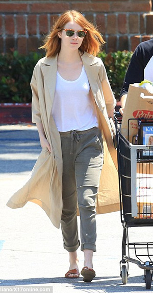 Emma Stone, in Joie Stuva jogging pants and Madewell slide sandals, and boyfriend Andrew Garfield are spotted leaving Ralphs after some grocery shopping on May 23, 2015 in Beverly Hills, CA.